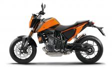 Two decades ago, the original Duke was nothing short of revolutionary. KTM's first single-cylinder street bike grew into a cult classic, adding extreme fun to a raw and radical concept. In 2017, the fully revised 690 DUKE stays faithful to its ancestor's ways, but adds future-proof refinements: impressive smoothness, sophisticated electronics, improved ergonomics and a good old power boost over last year's model. This firmly cements the world's strongest single-cylinder production motorcycle at the cutting edge of engineering. Speaking of which: carving corners has never been more fun, thanks to its revised fork offset. Long live the Duke!