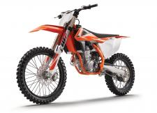 If gold is what you're after, a KTM 450 SX-F is what you race. Thanks to its compact engine delivering explosive but controllable power, it's the weapon of choice for the Red Bull KTM Factory Racing Team and the champion, Ryan Dungey. This READY TO RACE bike rules the AMA Supercross Championship. Its secret? Precise handling and arm-stretching grunt. Winners – line up here.