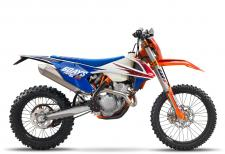 KTM has ruled off-road for decades. The special edition SIX DAYS models celebrate this success with special performance upgrades and top-of-the-line components. In 2017 the ISDE (International Six Days of Enduro) will be held in Brive-la-Gaillarde, France and the KTM model line-up has been suitably equipped to handle anything the muddy and rocky terrain can throw at it. Thanks to its compact SOHC powerhouse fitted in a state-of-the-art chassis, the KTM 450 EXC-F SIX DAYS is the strongest, most competitive dual-sport in its class. Combined with a low weight and off-the-shelve 4-stroke ferocity, this pioneer will take you anywhere.