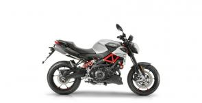The naked bike from Noale brings yet more technology to the road with its innovative integrated on-board APRILIA MIA system. Connecting smartphone and bike, riders can view satellite navigation on the TFT display, make calls, listen to music and access all sorts of useful bike and trip data.