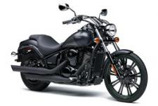 RIGHT OFF THE SHOWROOM FLOOR, THE KAWASAKI VULCAN® 900 CUSTOM V-TWIN HAS ALL THE STYLE AND ATTITUDE OF A ONE-OF-A-KIND CRUISER. WITH ITS TALL FRONT WHEEL, DRAG-STYLE CHROME HANDLEBARS AND LOW-SLUNG SEAT, THE APPEARANCE OF THIS KAWASAKI V-TWIN STANDS IN STARK CONTRAST TO ITS SMOOTH RIDE AND STEADFAST RELIABILITY. ENJOY THE DYNAMIC FUSION OF HAND-BUILT DESIGN AND PRODUCTION QUALITY WITH THE VULCAN 900 CUSTOM.