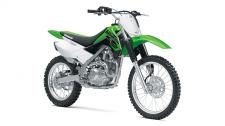 THE KLX140L OFF-ROAD MOTORCYCLE IS THE BIGGER BROTHER TO THE KLX140 AND PROVIDES A ROOMIER RIDING POSITION FOR TALLER RIDERS. IT FEATURES LARGER WHEELS AND INCREASED GROUND CLEARANCE FOR TACKLING MORE DEMANDING TRAIL RIDING.