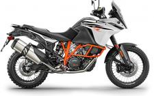 The KTM 1090 ADVENTURE R stares down anything in its path. Bespoke WP suspension, offroad wheels and a tough yet fuel-efficient engine are ready to rumble. Decades of rally raid victories roar within. As shrewd as it is chiseled, this bike uses the same state-of-the-art technology as the KTM 1290 ADVENTURE R and even though its engine capacity is smaller, it's still big on power: 125 hp (92 kW). That's 23 more than Fabrizio Meoni's Dakar winning 950. The world is yours – Devour it.