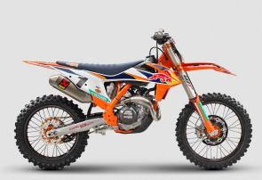 We build and race FACTORY EDITIONS. Championship winning bikes, like this one. Thanks to its compact SOHC engine delivering explosive but controllable power, it is the force behind the success of Red Bull KTM Factory Teams around the world.