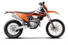 The success of the KTM 350 EXC-F has certainly made waves in the industry. Gaining instant recognition on its arrival in 2012, it has become a class-leading dual-sport model due to its 250-like agility and 450-like power. Ever since then, and most notably for 2020, the 350 EXC-F has gained significantly in performance and torque, as well as handling and agility. This new model delivers power even closer to a 450, while getting ever closer to the agility of a 250 – so, the basic idea of this bike is easy to see, and has been a recipe for success right from the start.