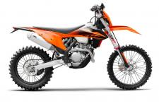 New for 2020, the KTM 350 XCF-W builds on the successful formula of offering 250-like agility and 450-like power. This offroad ripper, developed around an updated engine and chassis, sees advances in performance and handling for 2020, bringing it even closer to the power of a 450 while getting ever closer to the agility of a 250 – so, the basic idea of this bike is easy to see, and has been a recipe for success right from the start.