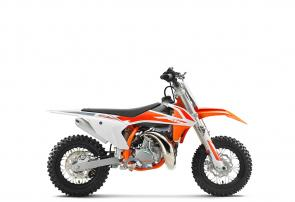 The KTM 50 SX MINI is a true KTM for young MX riders aged between 4 and 10 years old. It is a genuine dirt bike that, like its bigger siblings, is produced with top-quality components. This makes the KTM 50 SX MINI the first choice when stepping into the world of MX. Developed with the youngster in mind, this package has an engine that delivers steady, controllable power, incorporating an automatic clutch that is ideal for novice riders. It also features a high-quality WP XACT front fork and shock absorber, ultra-cool graphics and the ability to make going fast fun.