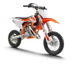 The KTM 50 SX is a true KTM for young MX riders aged between 4 and 10 years old. It is a genuine dirt bike that, like its bigger siblings, is produced with top-quality components. This makes the KTM 50 SX the first choice when stepping into the world of MX. Developed with the youngster in mind, this package has an engine that delivers steady, controllable power, incorporating an automatic clutch that is ideal for novice riders. It also features the latest WP XACT front fork with revolutionary AER technology, fully adjustable rear suspension, ultra-cool graphics and the ability to make going fast fun.
