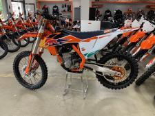 With KTM's incredible success in the Supercross and Motocross Championships around the world, the KTM 450 SX-F FACTORY EDITION is a performance driven five-speed model that is only produced in limited quantities for certain markets. The latest 2019 model forms the base of the machines that will be raced by Marvin Musquin and Cooper Webb in the prestigious AMA 450 Supercross series, which begins in January. Thanks to the Austrian brand's racing passion and expertise, this exquisite, limited edition model is created to be one of the most READY TO RACE machines available from KTM.